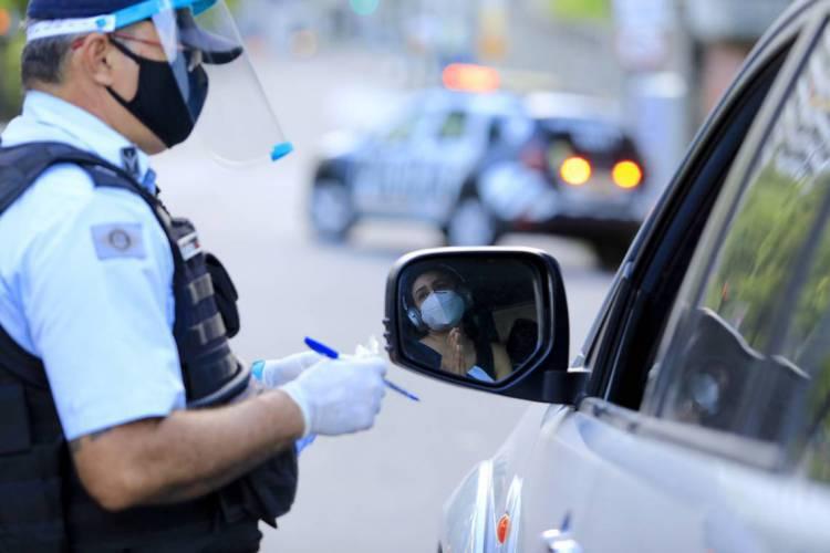 .FORTALEZA, CE, BRASIL, 24.05.2020: Blitz de agentes de segurança durante o decreto de Lockdown .   (Fotos: Fabio Lima/O POVO). (Foto: Fabio lima )