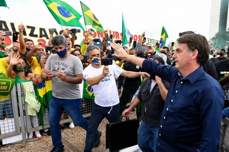 Bolsonaro cumprimenta apoiadores (Foto: Evaristo Sá/AFP)