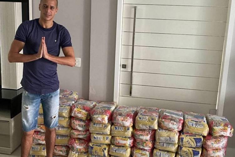 Derley, do Fortaleza, mostra alimentos que serão doados (Foto: Reprodução / Instagram)