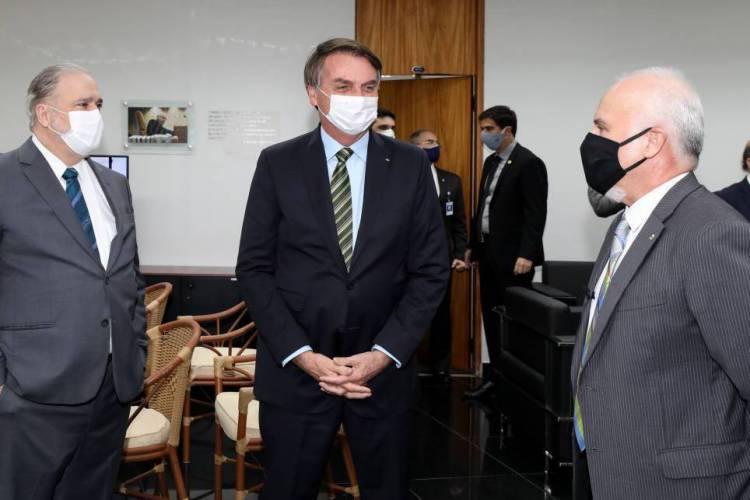Bolsonaro (centro) e Aras (esq.) estiveram juntos por aproximadamente 15 minutos (Foto: Marcos Corrêa/Presidência da República)