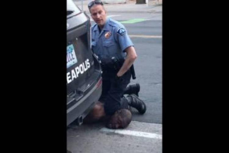 Policial imobiliza George Floyd na última segunda, dia 25 de maio, em Minneapolis (Foto: Reprodução)