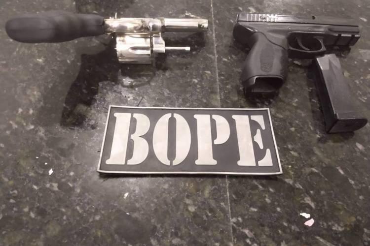 Armas apreendidas na operação do BOPE  (Foto: via WhatsApp O POVO )