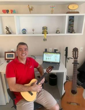 Professor de biologia em cinco escolas particulares de Fortaleza, Rocha Júnior utiliza o violão e a viola para atrair estudantes