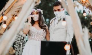 Por ideia de um dos decoradores contratados, para a cerimônia cancelada, foi realizada essa troca de votos online, de onde o celebrante de casamento, por meio de videochamada, realizou de casa os votos, enquanto o casal recebia também mensagens em vídeos vinda dos pais