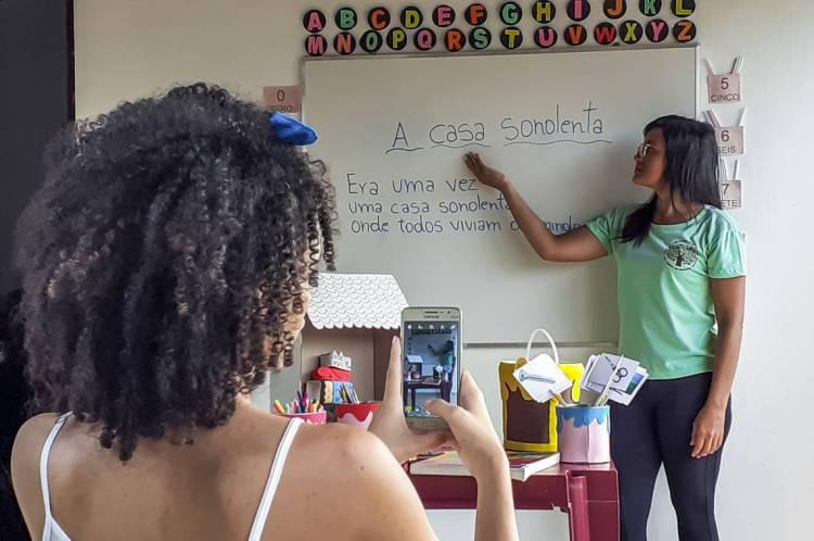 CRATO, CE, BRASIL, 28.05.2020:  Na foto Edvânia Dias da Paixão, professora, preparando aulas online para seus alunos da escola pública. (Produção Fco Fontenele e Fotos de Lívia Sousa)