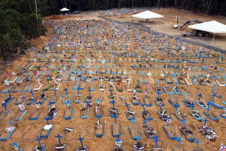 Vista aérea do cemitério de Nossa Senhora Aparecida, em Manaus, onde novas covas foram escavadas em meio à pandemia de coronavírus no Brasil (Foto: MICHAEL DANTAS / AFP)