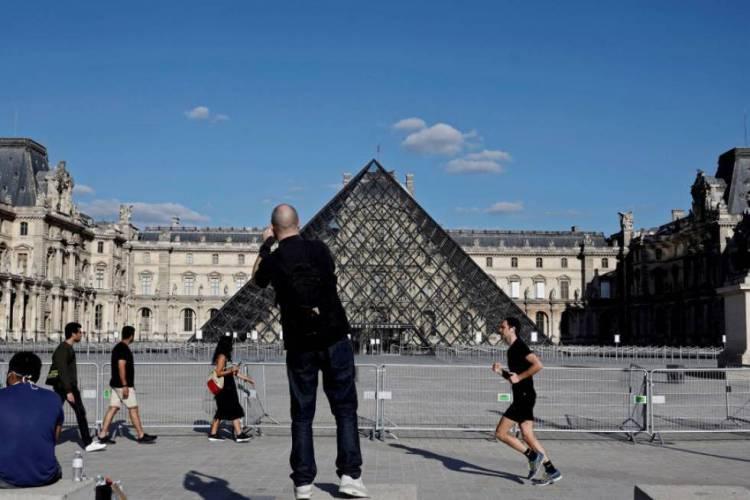 Museu do Louvre reabre em julho, com uma série de restrições para os visitantes (Foto: THOMAS COEX / AFP)