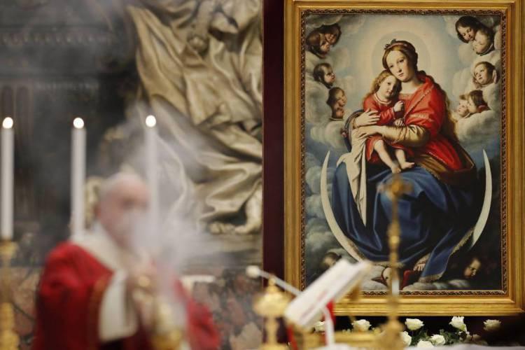 Francisco retomou neste domingo a oração dominical diante dos fiéis (Foto: Remo CASILLI / POOL / AFP)