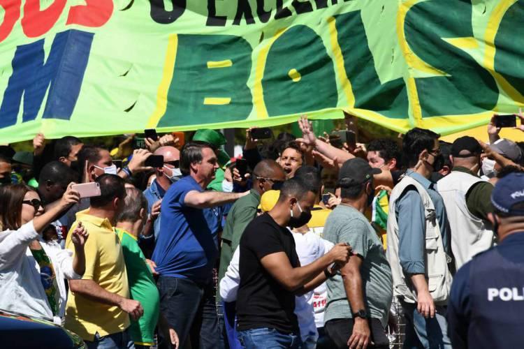 Bolsonaro foi ao encontro dos manifestantes neste domingo  (Foto: EVARISTO SA/AFP)