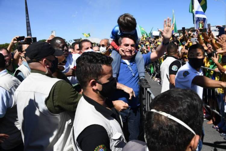 Bolsonaro volta a frequentar aglomeração em plena crise de coronavírus