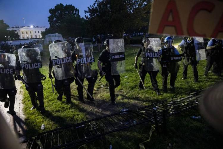 Neste domingo, 31, a Polícia avançou em direção a manifestantes reunidos do lado de fora da Casa Branca para protestar contra a morte de George Floyd (Foto:  Samuel Corum / AFP)