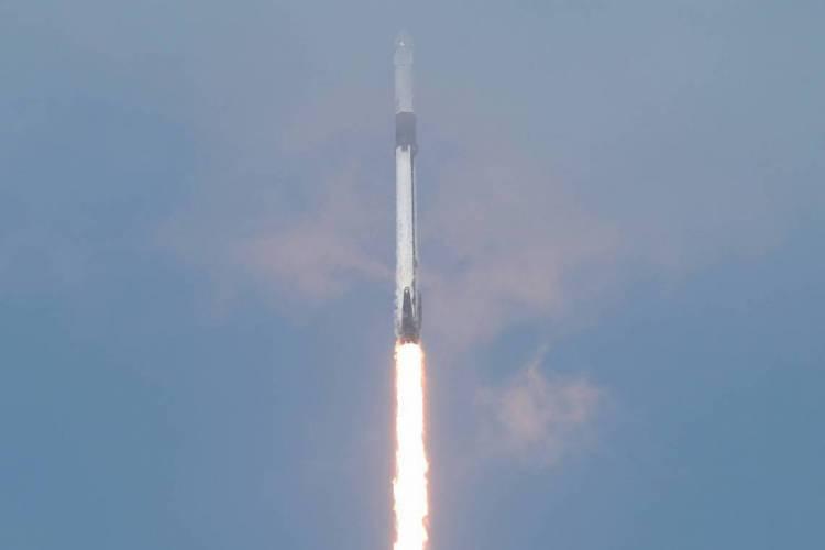 O foguete da SpaceX Falcon 9 com a nave Crew Dragon partiu do Centro Espacial Kennedy, nesse sábado, 30 de maio (Foto: Joe Raedle/Getty Images/AFP)
