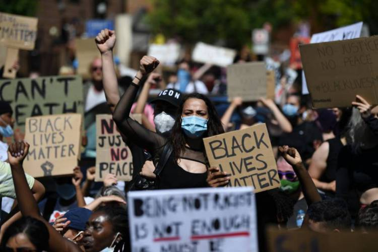 Protesto contra a morte de George Floyd na Inglaterra (Foto: DANIEL LEAL-OLIVAS / AFP)