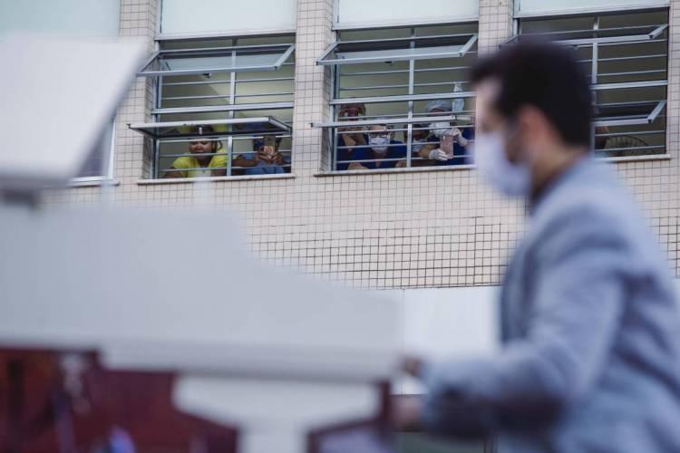 FORTALEZA, CE, BRASIL, 31-05-2020: Maternidade Escola Assis Chateaubriand. Projeto Por do Sol com o Pianista Felipe Adjafre, passando por varios hospitais / UPAS  para levar musicas aos profissionais da saúde. Em epoca de COVID-19. (Foto: Aurelio Alves/O POVO) (Foto: Aurelio Alves/O POVOS)