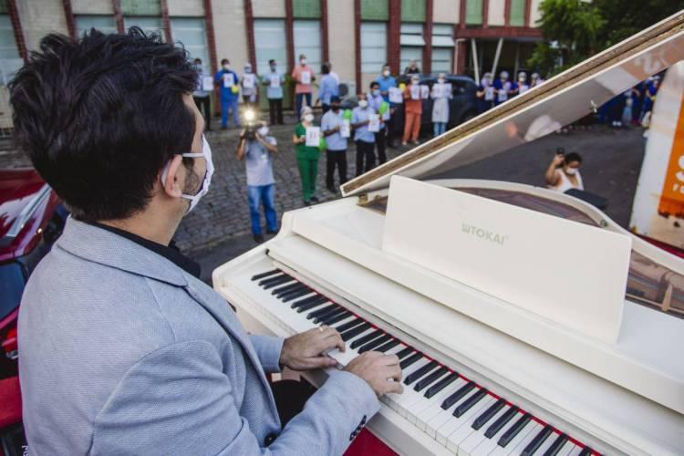 Com o Projeto Pôr do Sol, pianista Felipe Adjafre passou por vários hospitais em maio de 2020 (Foto: Aurelio Alves/O POVO) (Foto: Aurelio Alves/O POVOS)