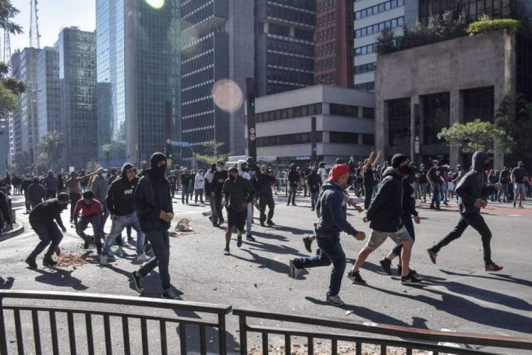 Manifestantes pró-democracia fazem ato em frente ao Masp, em São Paulo (Foto: Nelson ALMEIDA / AFP)