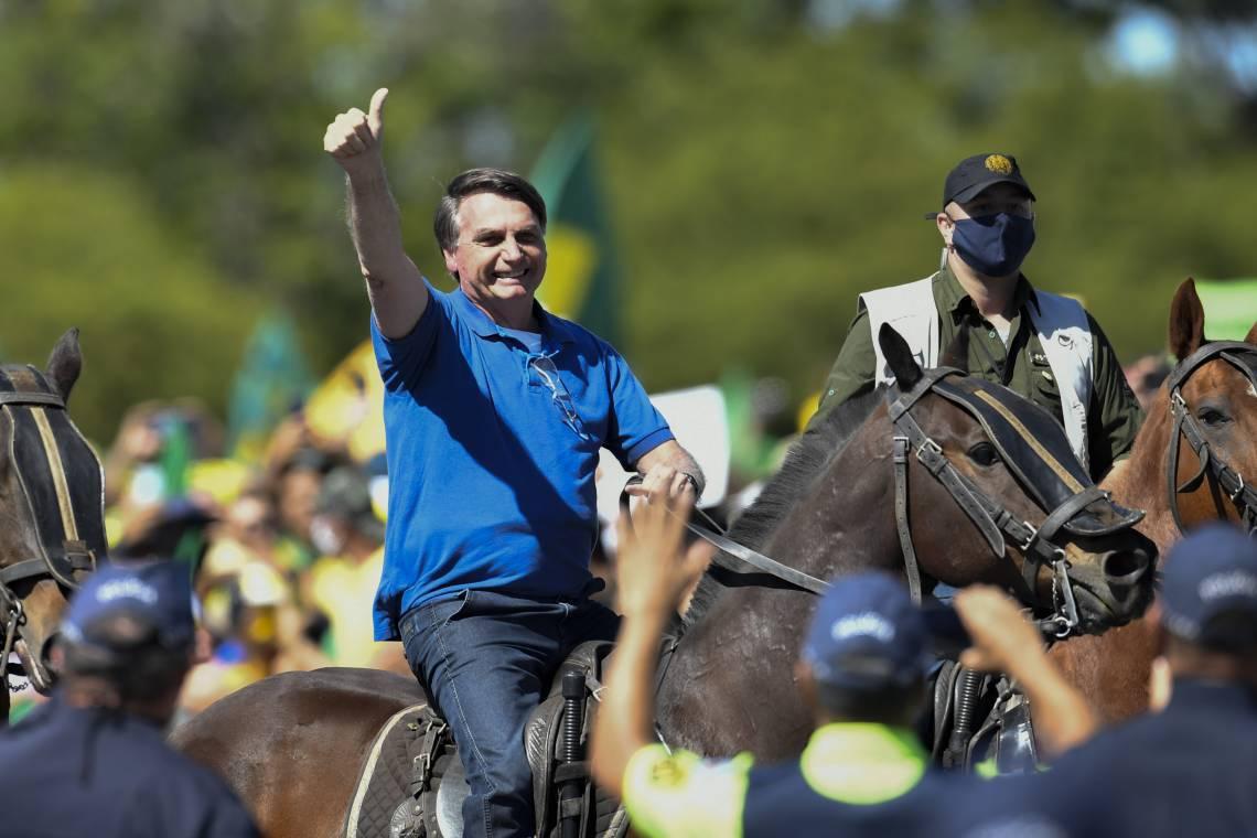 O presidente Jair Bolsonaro em  cavalo da PM frente ao Palácio do Planalto durante manifestação a favor do seu governo em maio de 2021 (Foto: MATEUS BONOMI/AE)