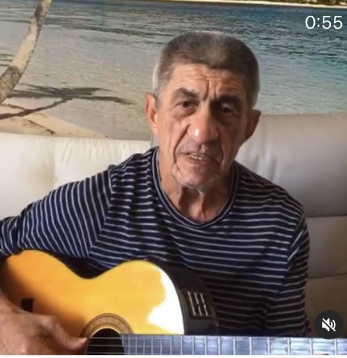 Fagner cantou em homenagem a Evaldo Gouveia, morto na noite de sexta-feira, em Fortaleza