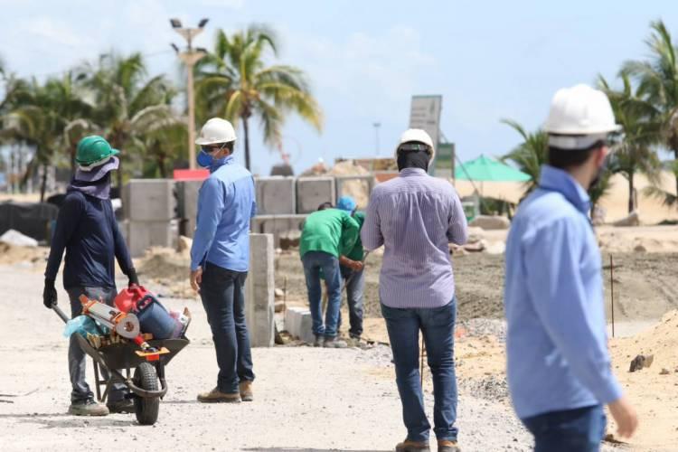 FORTALEZA, CE, BRASIL, 01.06.2020 trabalhadores da construção civil retomam atividade.  Av. beira mar.  (Fotos: Fabio Lima/O POVO) (Foto: Fabio Lima)