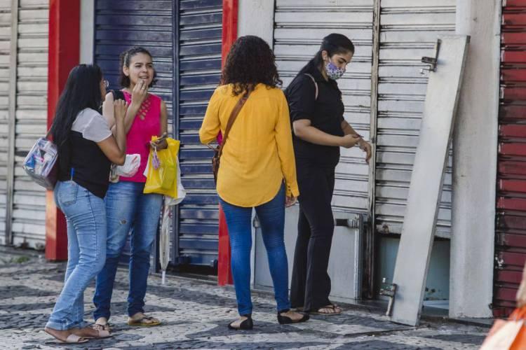 Agefis fiscaliza os estabelecimentos que cumprem ou descumprem o decreto estadual de isolamento (Foto: Aurelio Alves/O POVO)