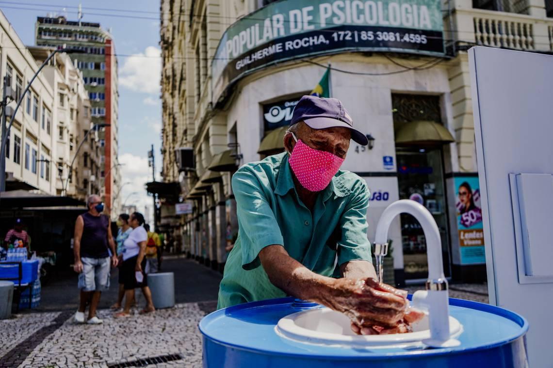 LAVABO instalado pela Cagece na Praça do Ferreira: distanciamento continua sendo medida mais eficaz
