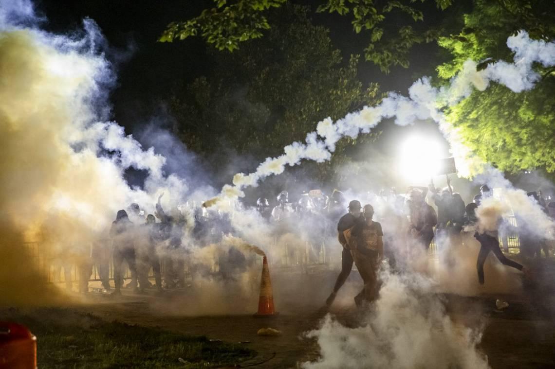 Confronto entre manifestantes e a Força Nacional em Minneapolis, onde George Floyd foi morto