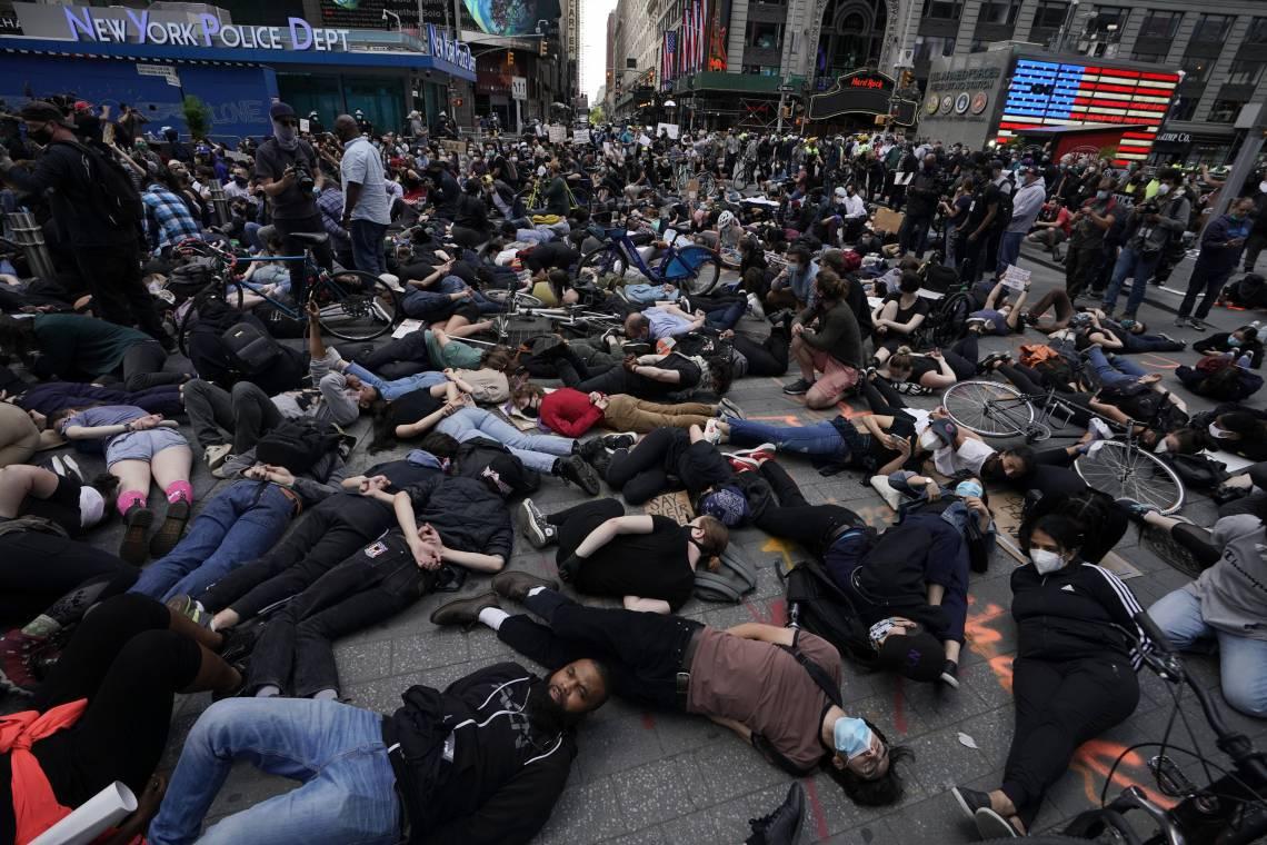 """Times Square em 1º de junho de 2020, Os manifestantes deitaram-se no chão com as mãos atrás das costas em um pedido de justiça a George Floyd, durante um protesto do """"Black Lives Matter"""". (Foto: TIMOTHY A. CLARY / AF)"""