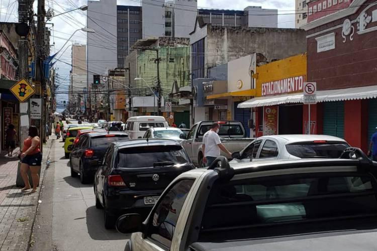 Centro de Fortaleza tem aglomeração de pessoas e congestionamento na reabertura da economia (Foto: Aurélio Alves/O POVO)