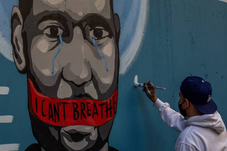 Artista Celos pinta mural no centro de Los Angeles em protesto contra a morte de George Floyd, no dia 30 de maio (Foto: Apu Gomes / AFP)