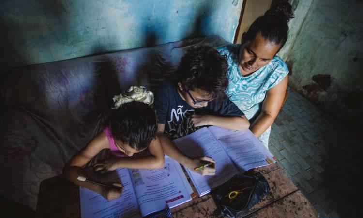 FORTALEZA, CE, BRASIL, 04-06-2020: Carla Cristina e os Filhos. Dificuldades para estudar e ensinar os filhos na pandemia. Em epoca da pandemia de COVID-19. (Foto: Aurelio Alves/O POVO)