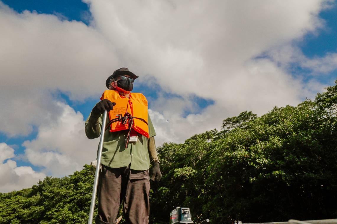 FRANCISCO de Assis Araújo Garcia, o tenente Araújo, há 28 anos se dedica ao rio Cocó, o curso de água que reflete Fortaleza e seus moradores (Foto: JÚLIO CAESAR)