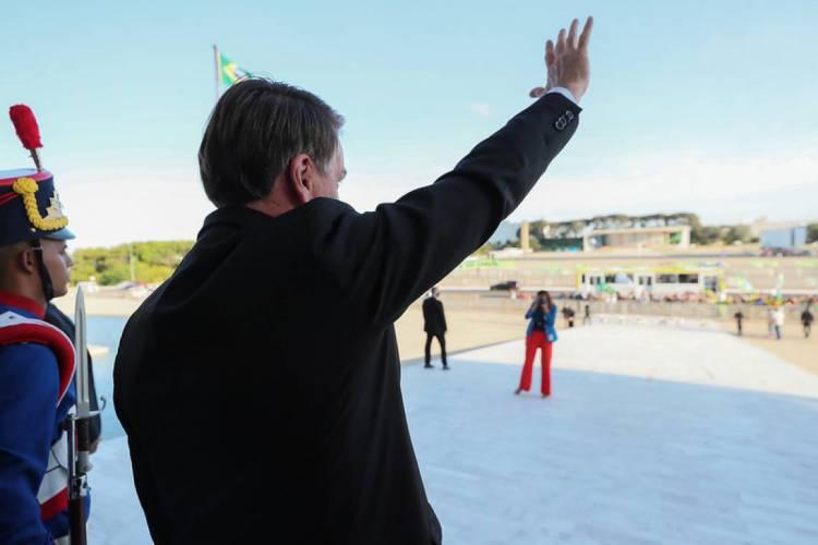 Bolsonaro acena para apoiadores no Palácio do Planalto, em Brasília (Foto: Isac Nóbrega / PR)