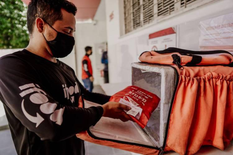 Trabalhadores buscam serviços de entregas por aplicativo como forma de serviço durante pandemia (Foto: JÚLIO CAESAR)