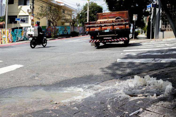 A perda de água por vazamentos é um dos casos contabilizado pelo estudo. (Foto: Cecília Bastos/Usp Imagem)
