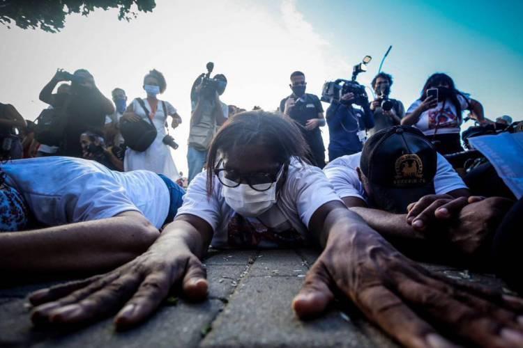 Os manifestantes ficaram reunidos em frente ao condomínio onde Miguel morreu por cerca de 1h30.  (Foto: Felipe Ribeiro/JC Imagem)