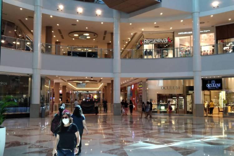 Movimentação no shopping Riomar Fortaleza no primeiro dia da Fase 1 de retomada da economia (Foto: Fábio Lima)