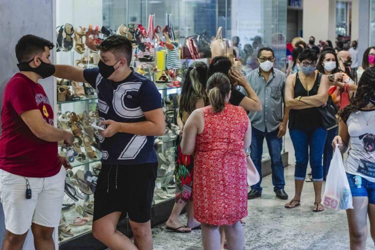 FORTALEZA, CE, BRASIL, 08-06-2020: North Shopping Fortaleza na Avenida Bezerra de Meneses. Shopping de Fortaleza abrem com menor capacidade e com muitos cuidados na primeira etapa de reabertura do comercio. Em epoca de COVID 19. (Foto: Aurelio Alves/O POVO) (Foto: Aurelio Alves/O POVO)