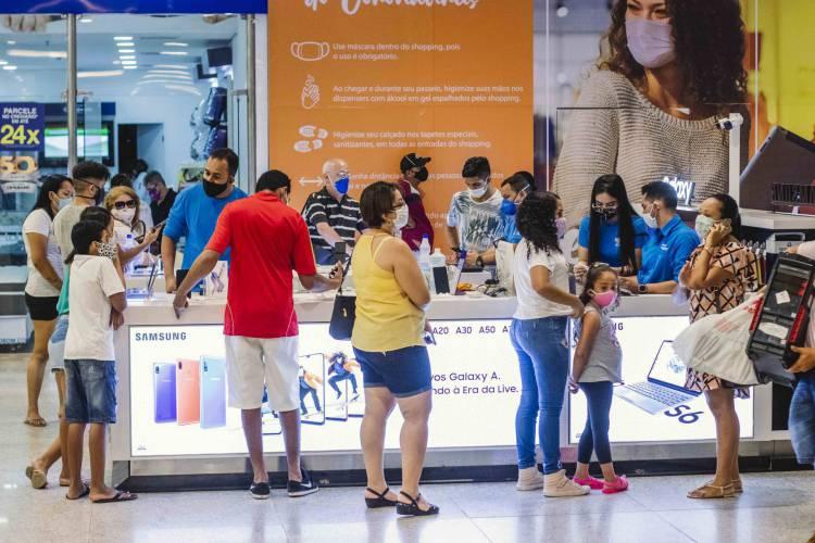 Shoppings de Fortaleza abrem com menor capacidade e com muitos cuidados na primeira etapa de reabertura do comercio.  (Foto: Aurelio Alves/O POVO)