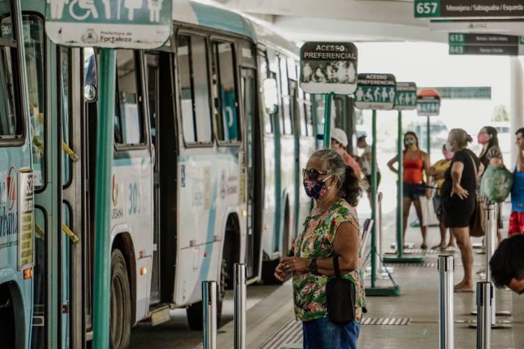 Movimentação de passageiros no Terminal de ônibus da Messejana, em Fortaleza  (Foto: JÚLIO CAESAR)