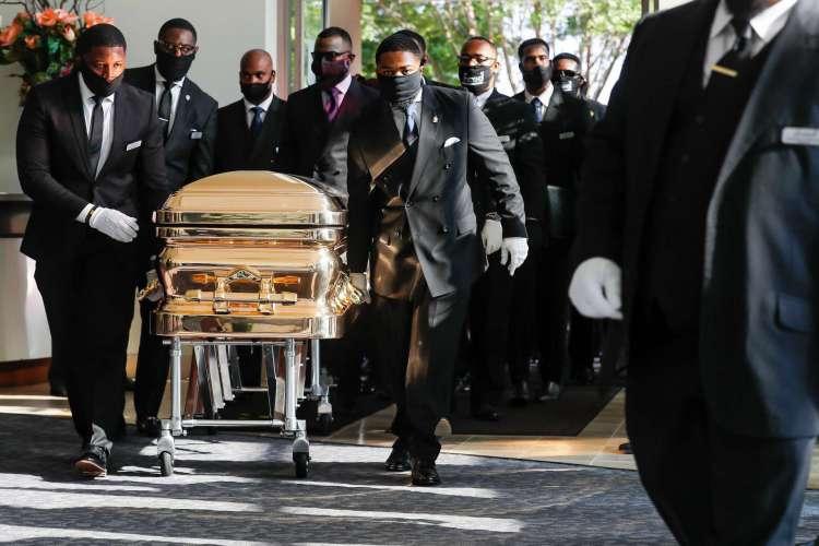 Os carregadores de pallets levam o caixão para a igreja para o funeral de George Floyd em 9 de junho de 2020, na igreja The Fountain of Praise, em Houston, Texas. - Floyd morreu após ser contido pelos policiais de Minneapolis em 25 de maio de 2020. (Foto por Godofredo A. VASQUEZ / POOL / AFP) (Foto: Godofredo A. VASQUEZ / AFP)
