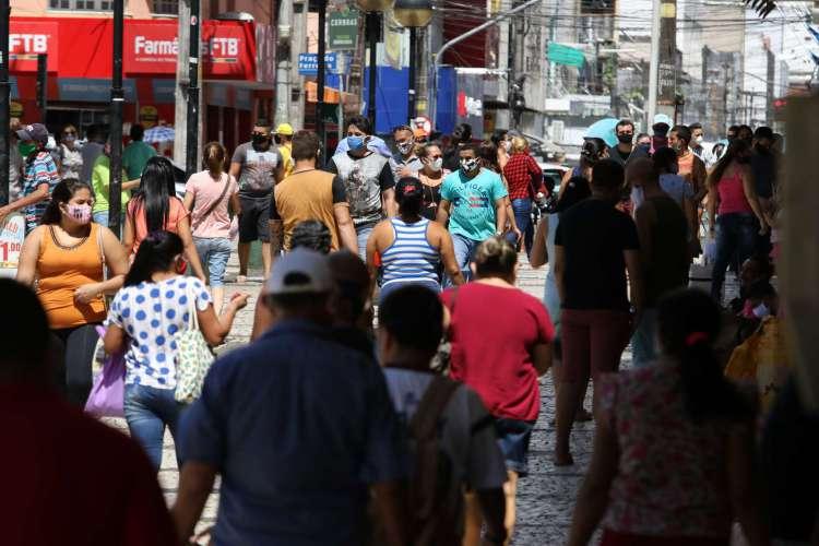 Desde o início da flexibilização, Fortaleza registra ruas lotadas no Centro; maioria das pessoas usava máscara (Foto: Fabio Lima) (Foto: Fabio Lima)