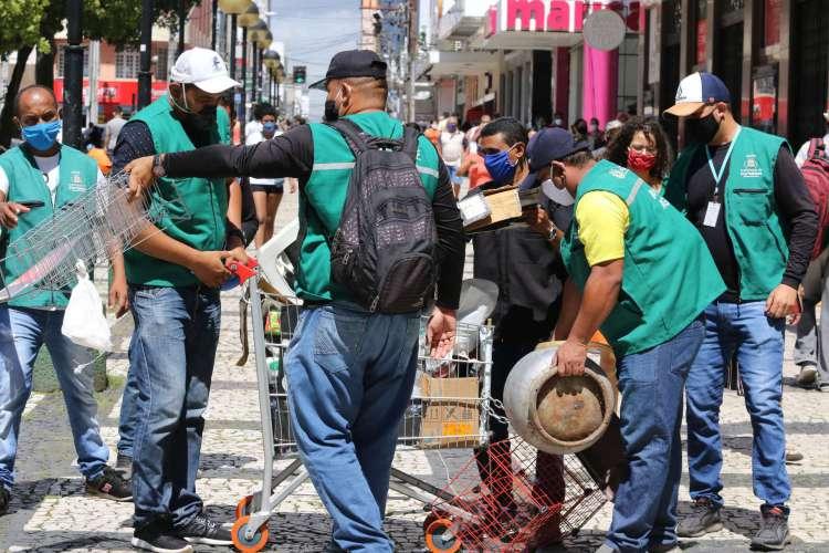 Agentes fiscalizam irregularidades na reabertura do comércio em Fortaleza (Foto: Fabio Lima)