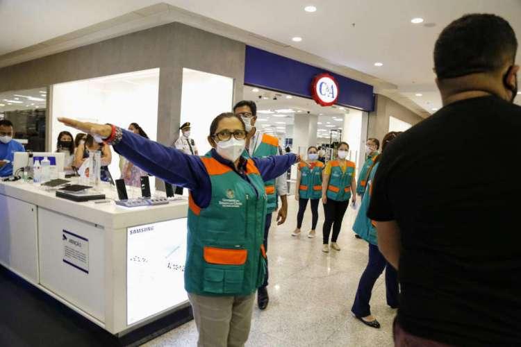 Fiscalização ocorreu em shoppings de Fortaleza para verificar o cumprimento de protocolos sanitários nesta terça-feira, 9 (Foto: Tatiana Fortes/Governo do Ceará )