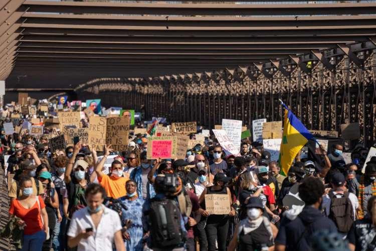 Quinze dias após a morte de George Floyd e milhares de pessoas ainda se reúnem para protestar contra o racismo e violência policial contra negros (Foto: David Dee Delgado/Getty Images/AFP)