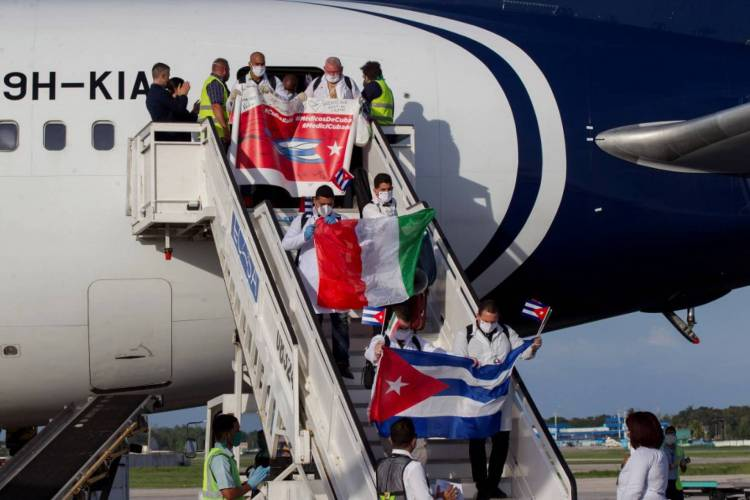 Médicos voltando para Cuba nesta segunda-feira, 8 (Foto: Ismael Francisco / POOL / AFP)
