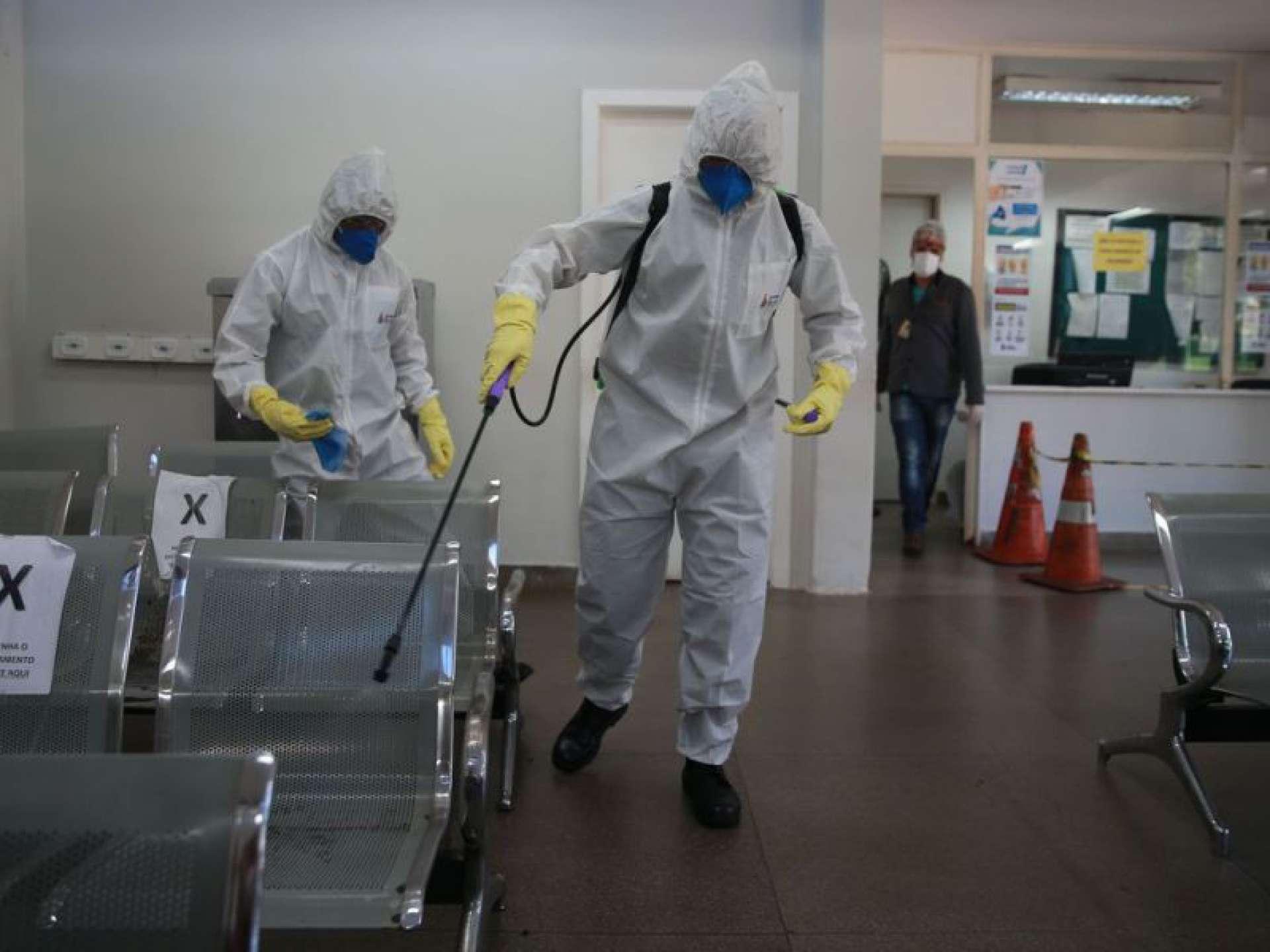 Forças Armadas promovem ação de desinfecção no Hospital Regional da Asa Norte (HRAN), em Brasília, uma das medidas adotadas para prevenir a contaminação pelo novo coronavírus no Brasil (Foto: Marcello Casal JrAgência Brasil)
