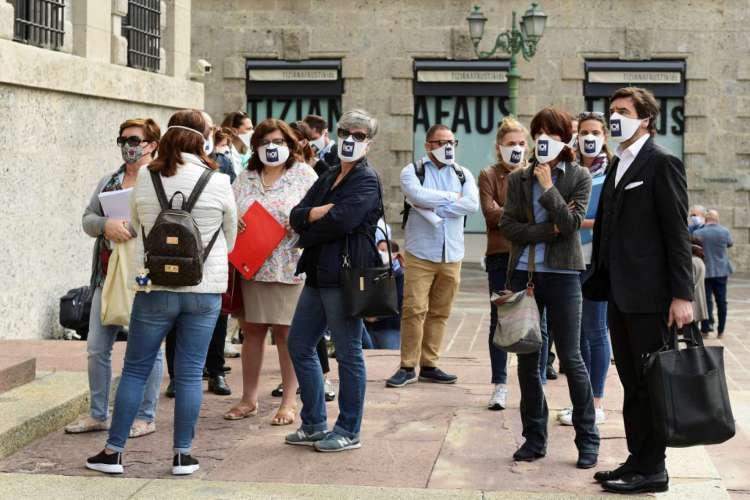 """Membros do grupo """"Noi Denunceremo"""" (Nós denunciaremos) em frente ao prédio da promotoria em Bérgamo; familiares acusam gestões italianas de respostas lentas à crise do coronavírus (Foto: Miguel MEDINA / AFP)"""