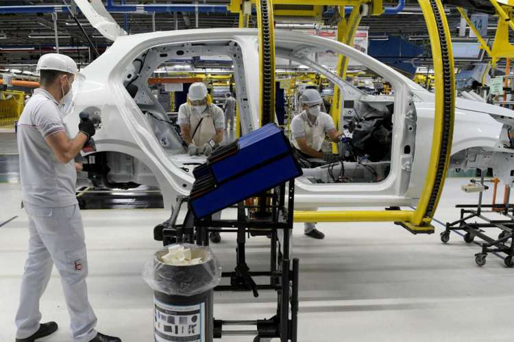 Os trabalhadores da montadora Fiat Chrysler Automobiles constroem um modelo Argo 2020, em meio à disseminação da doença por coronavírus (COVID-19), na fábrica de montagem em Betim (Foto: REUTERS/Washington Alves)