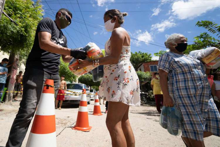 Entrega de cestas básicas na comunidade do Pau Fininho, localizada no bairro Papicu, em Fortaleza. (Foto: Divulgação/CUFA-CE)