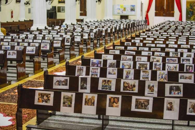 Paroquia Cristo Rei colocou fotos dos fiéis para transmissão ao vivo (Foto: Aurelio Alves/O POVO)